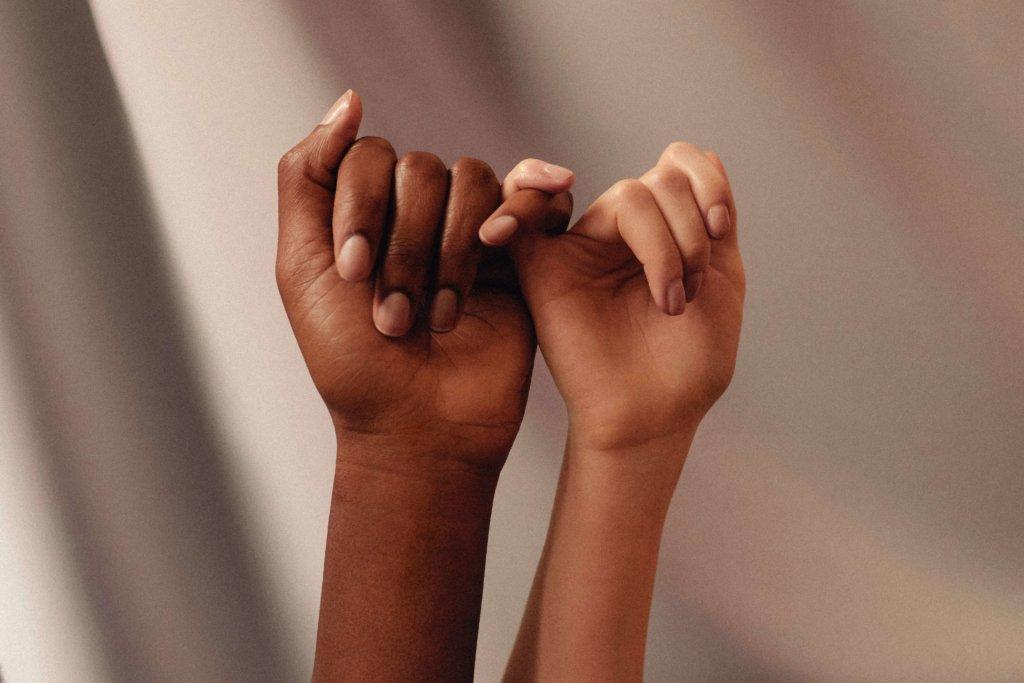 Frauenhände die sich festhalten