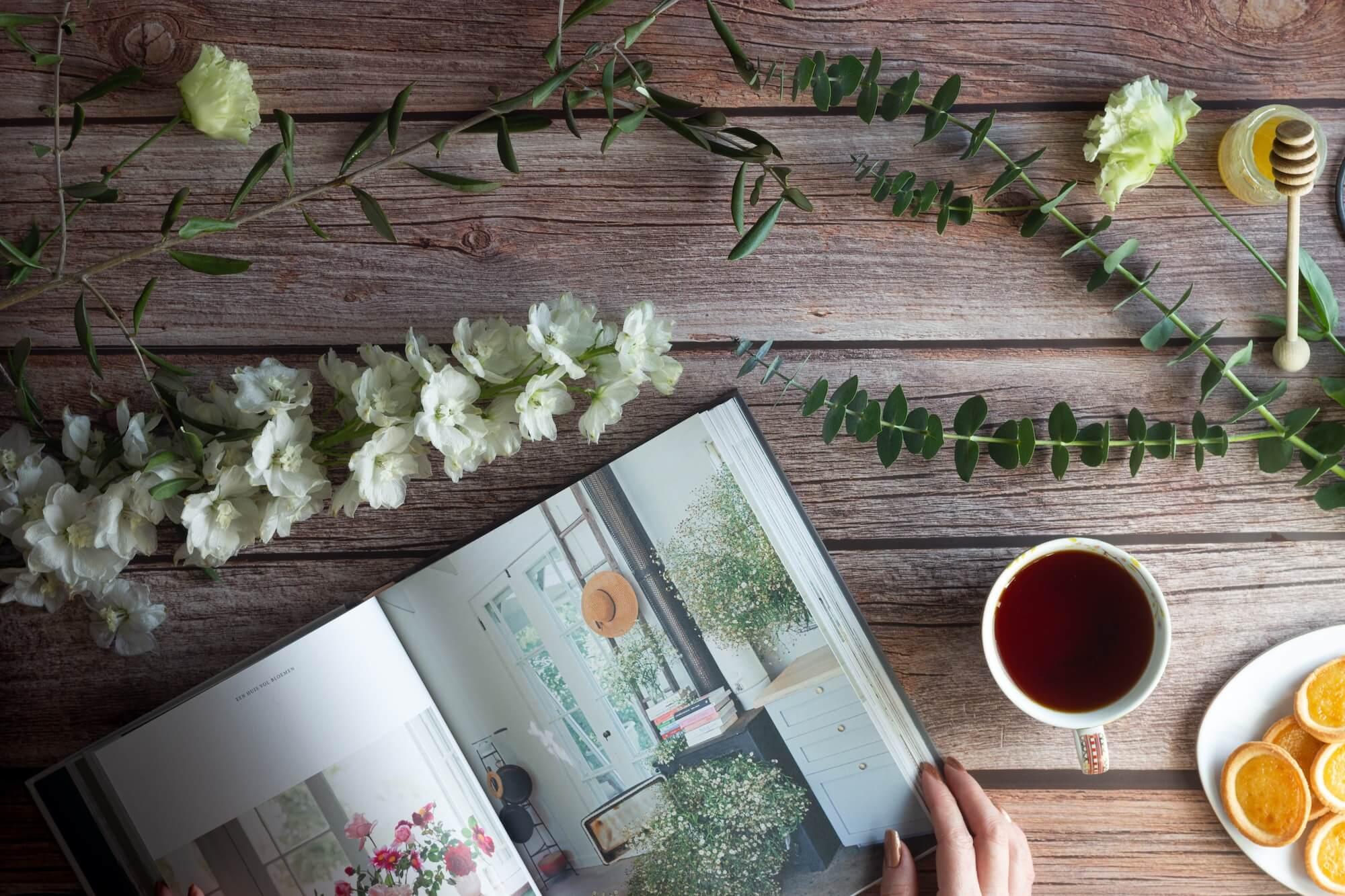 Tee trinken und Zeitschrift lesen
