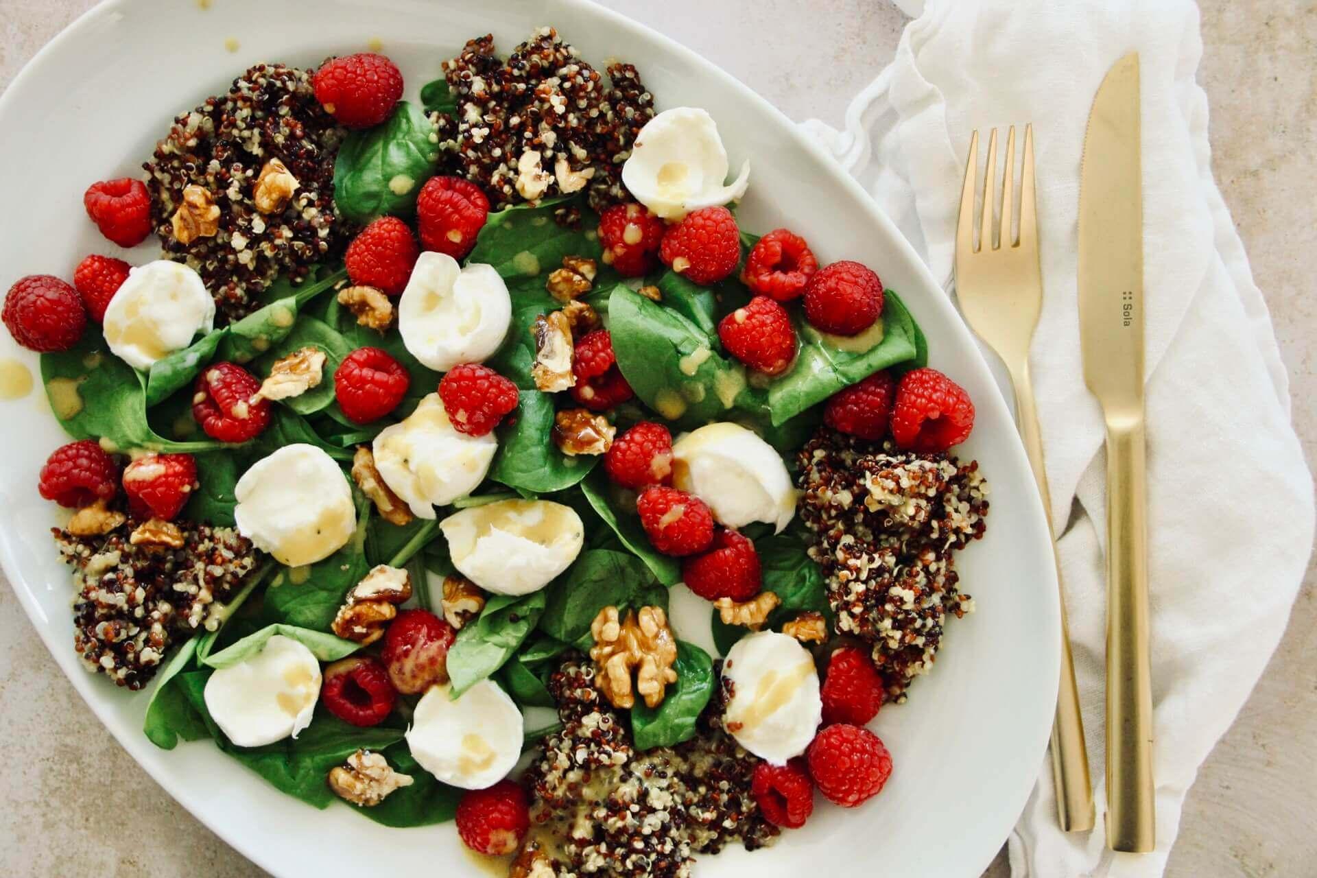 Bild von schön angerichtetem Spinat Himbeer Salat bei AYA Farmery